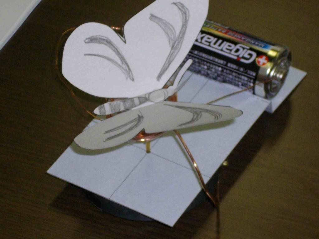 紙で作った蝶々の羽根が電池と磁石の力でユラユラと揺れます