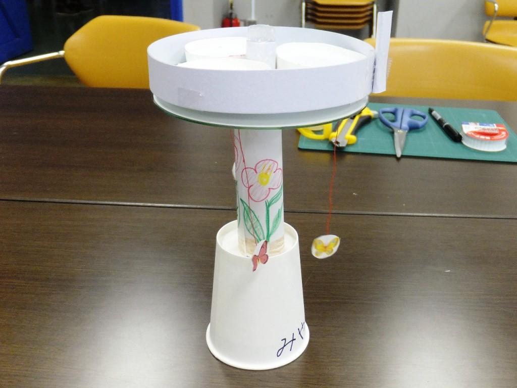 紙コップを土台に厚紙等で工作したメリーゴーランド 磁石を使って回転などをします