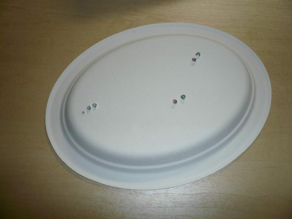 紙皿に穴をあけて、その穴から発光ダイオードが見えています